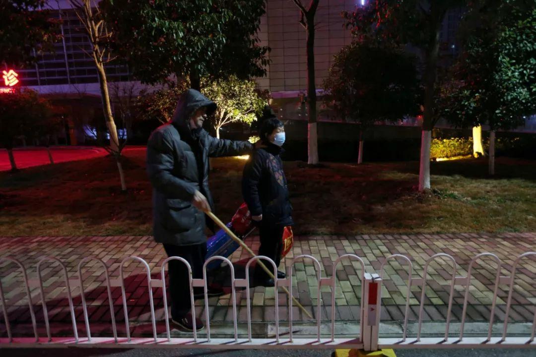 记者在武汉拍下的这一幕,让中央赴湖北指导组震怒!4725 作者:芒果飘香 帖子ID:278573 记者,在武汉,武汉,一幕,中央,
